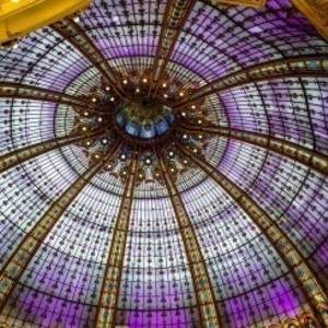 1280px-Stained_Glass_Dome_in_Printemps_Haussmann1-370x246.jpg