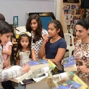 Author_Farah_Oomerbhoy_signing_the_book_for_Shivani_Aggarwal.jpg